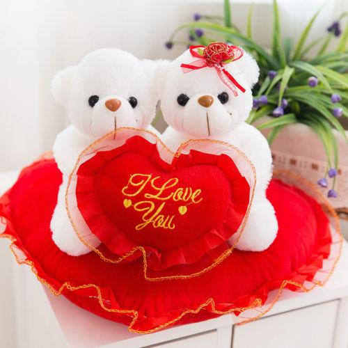 Плюшевые мишки  белого цвета с сердечком
